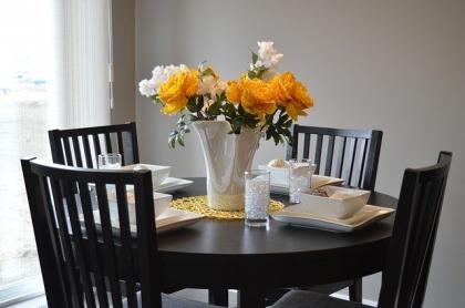 Stół okrągły czy prostokątny do małej jadalni?